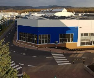 AGC Automotive otevřela novou halu na výrobu autoskel
