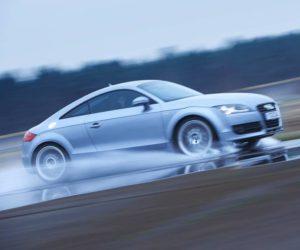 Auto upozorní řidiče na hrozbu akvaplaningu