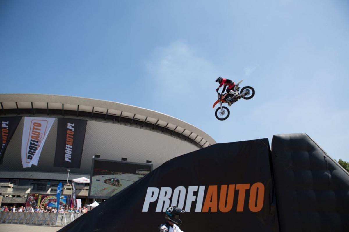 Motocyklová akrobacie na veletrhu ProfiAuto Show