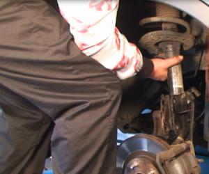 KYB pomáhá s výměnou předních tlumičů na voze Nissan Qashqai