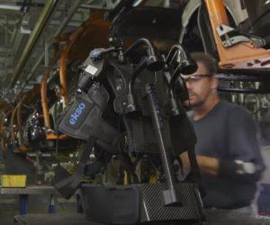 Lidští roboti v automobilové továrně