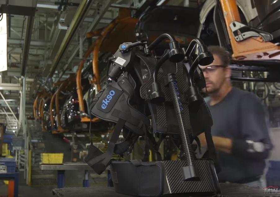 Exoskelet v továrně Ford