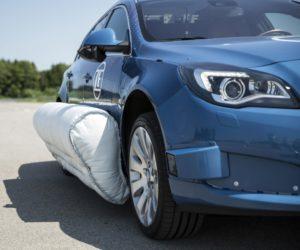 Firma ZF jako první na světě představila naživo systém vnějšího bočního airbagu. Byli jsme u toho!