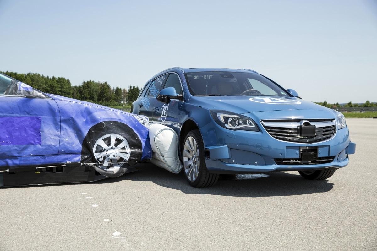 Firma ZF jako první na světě představila naživo systém vnějšího bočního airbagu.