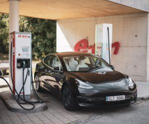 E.ON otevřel první ultrarychlou dobíjecí stanici elektromobilů v ČR. Auto dobije za deset minut