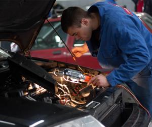 Mechanik v autoservisu