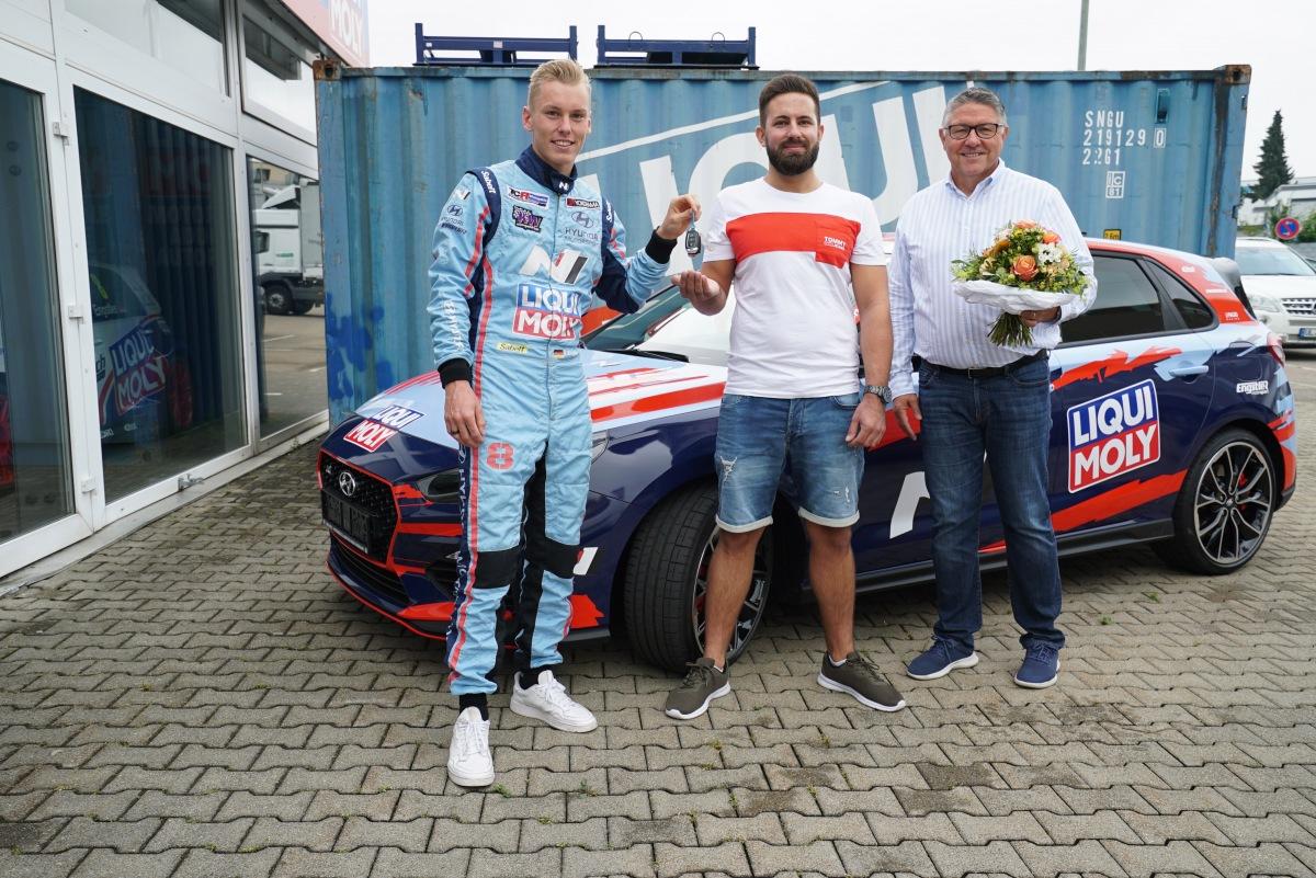 LIQUI MOLY a Luca Engstler se s Markusem J. radují z výhry a přejí mu vždy dobrou a bezpečnou jízdu.