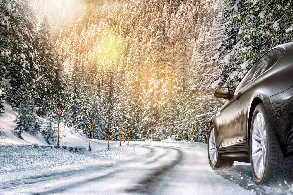 Zimní pneumatiky na zamrzlé cestě