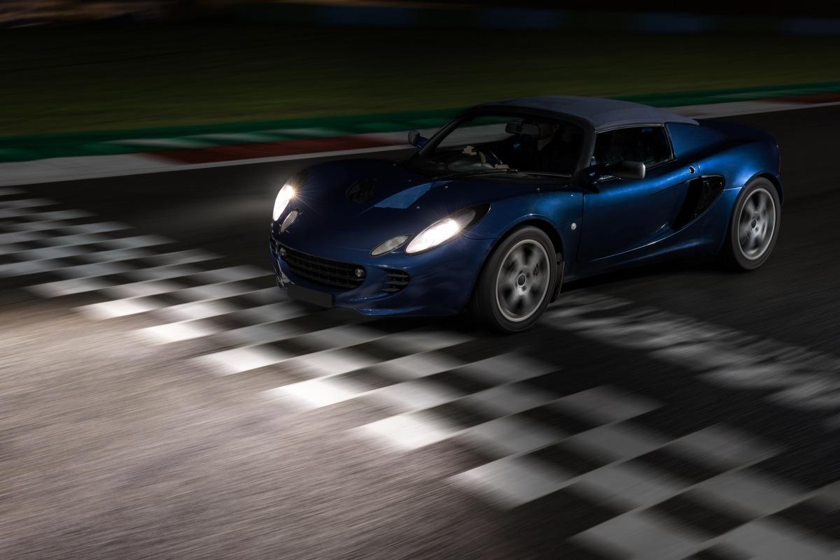 Závodní auto s žárovkami Philips