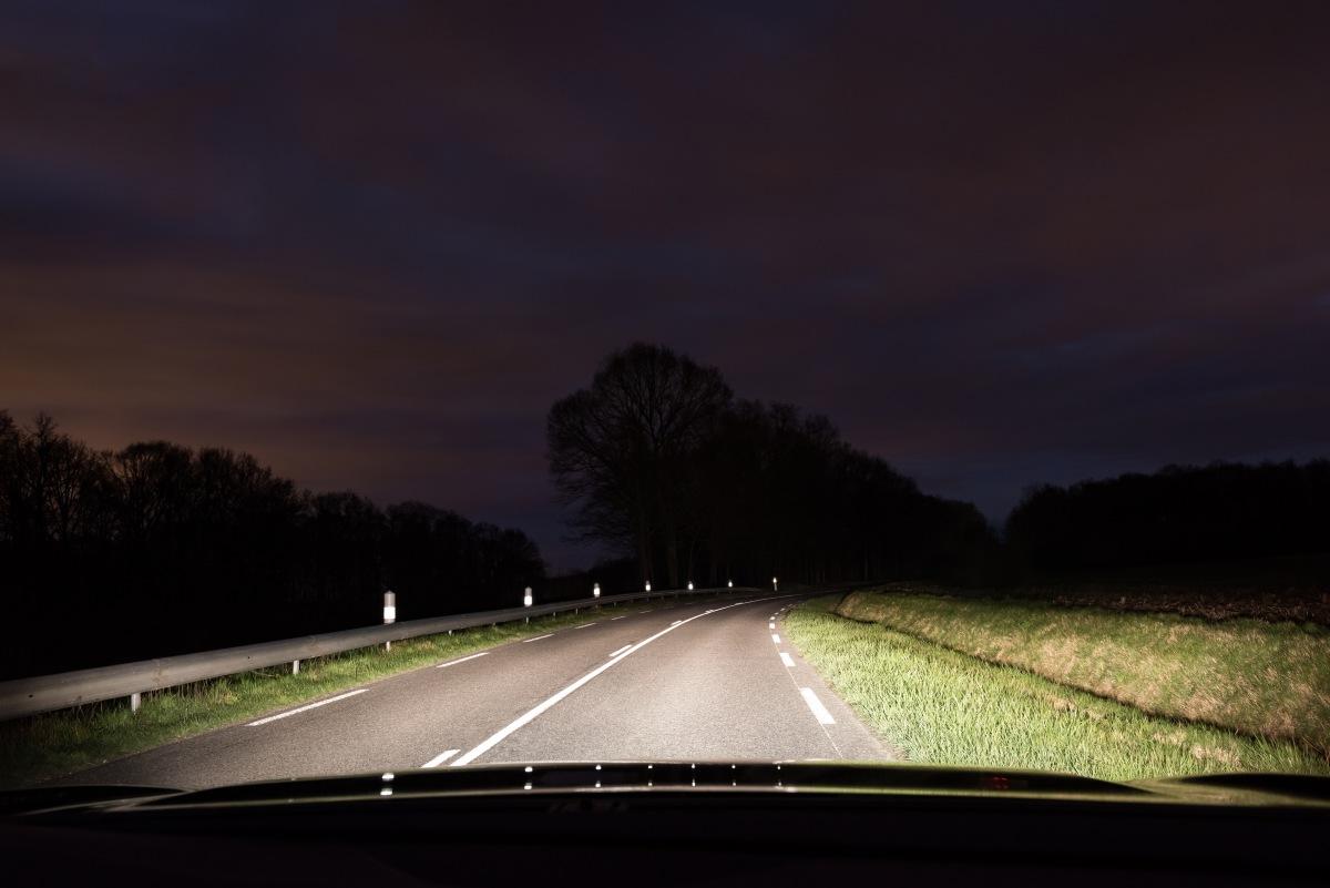 Osvětlená cesta halogenovými světly Philips