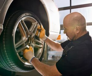 Češi myslí na bezpečnost, na letní pneumatiky se chystá přezout téměř 80 procent řidičů